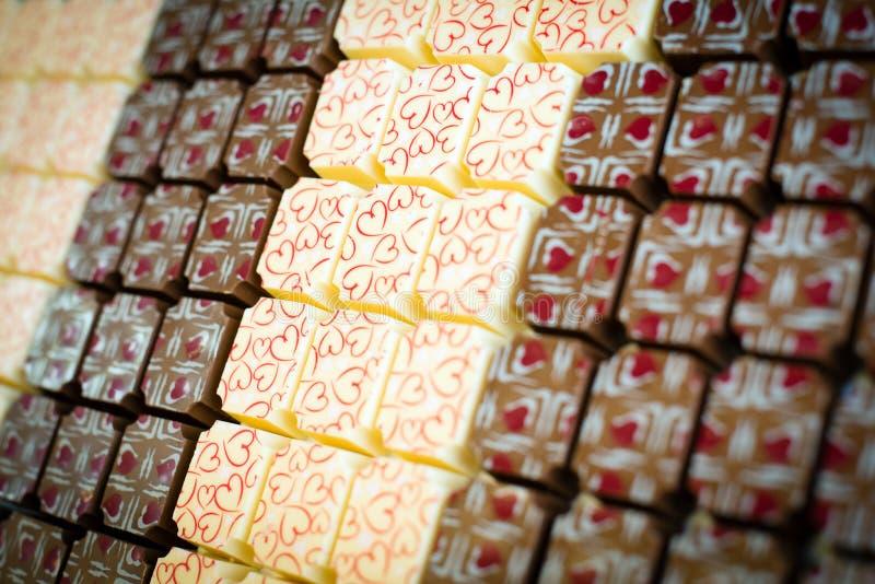 Chokladsötsaker med hjärtor royaltyfri bild