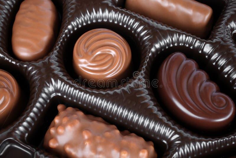Chokladsötsaker i ask royaltyfri fotografi