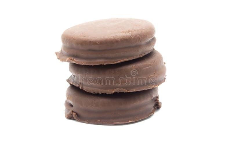 Chokladsmörgåskakor som fylls och täckas med chokladpralin arkivfoto
