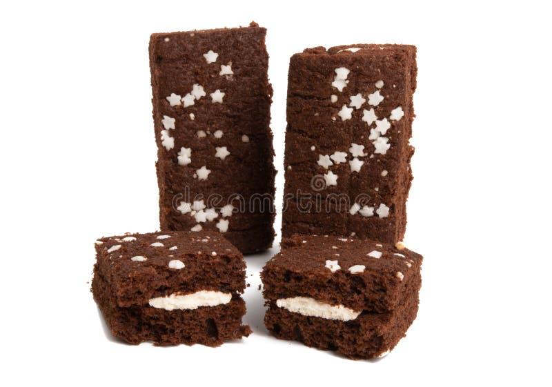chokladsockerkaka med isolerade stjärnor royaltyfria foton