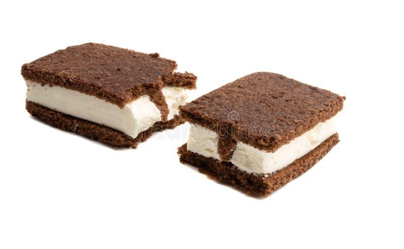 chokladsockerkakan med mj?lkar isolerad souffle royaltyfria bilder