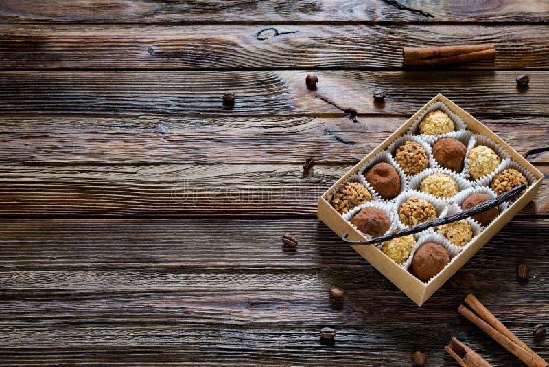 Chokladtryfflar i gåvaask, kryddor och kaffebönor royaltyfri fotografi