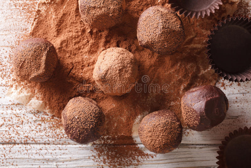 Chokladtryfflar i kakaocloseup på en tabell horisontalöverkant V arkivbild