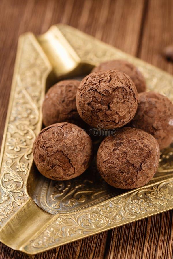 Chokladtryfflar med kakaopulver arkivbilder