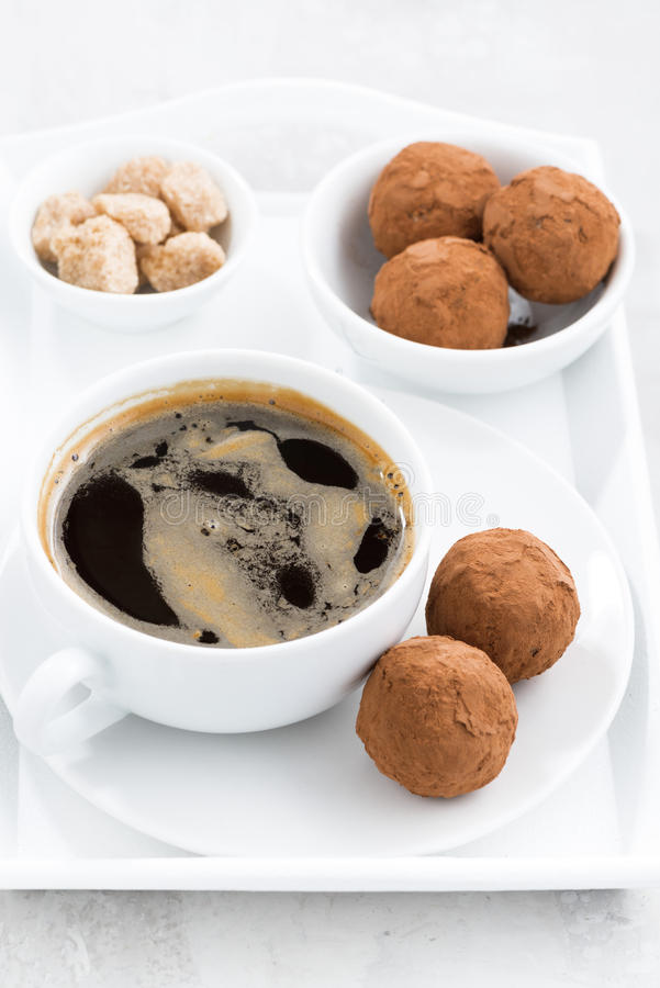 Chokladtryfflar och en kopp kaffe, bästa sikt royaltyfri bild