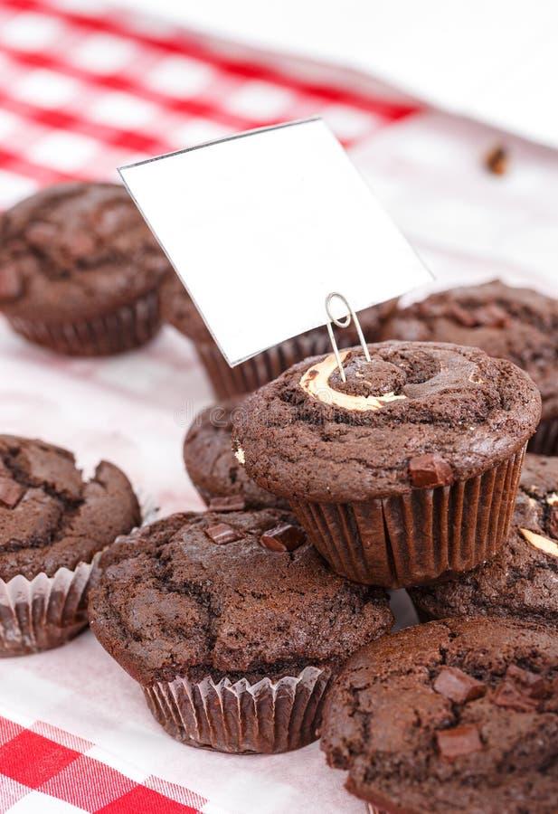 Chokladvirvelmuffin på den röda ginghamtorkduken fotografering för bildbyråer