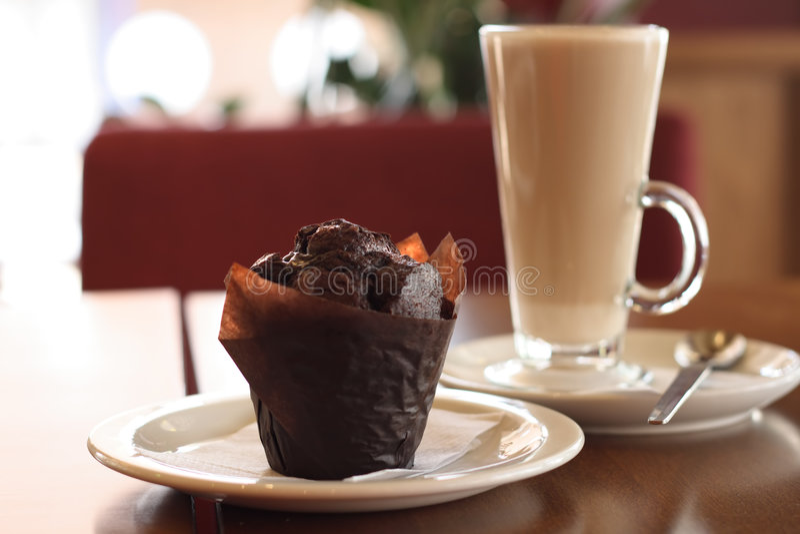 chokolate muffin καφέ latte στοκ εικόνα