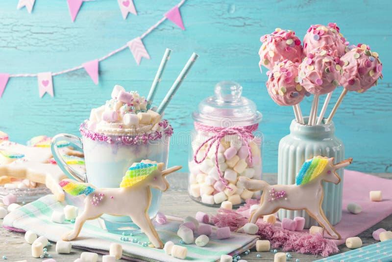 Chokolate y galletas calientes del unicornio fotografía de archivo libre de regalías