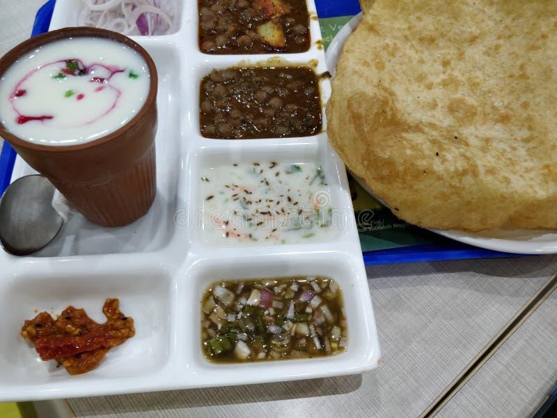 Chole bhture индийская кухня комбинация мазальских цыплят и bhatura жареного хлеба, сделанного из лука маида, маринованная раита  стоковые фотографии rf