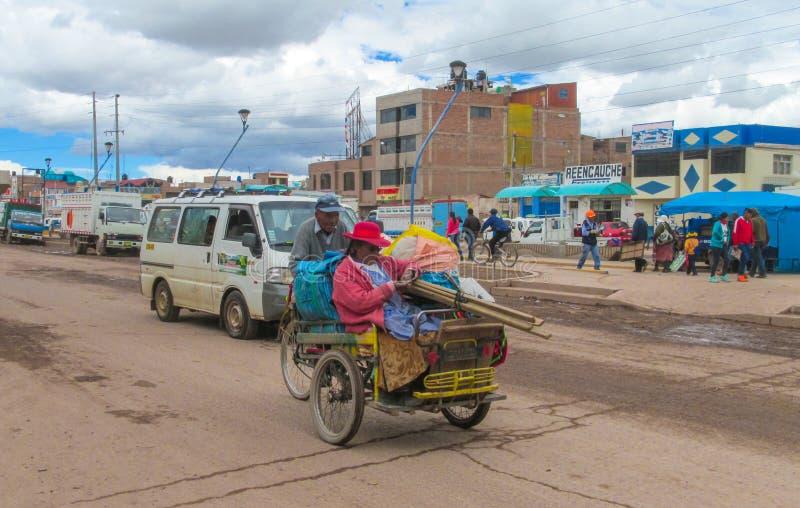 Cholitavrouw in de vrachtwagen royalty-vrije stock foto's