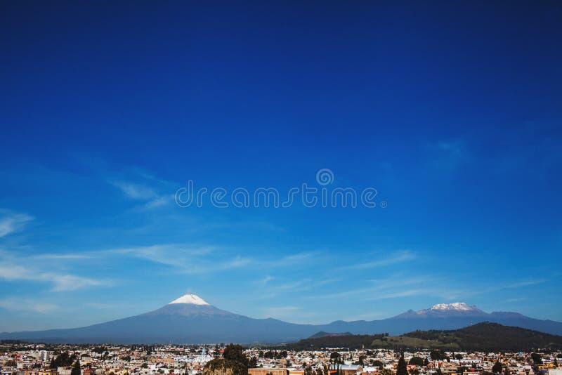 Cholula镇波波卡特佩特火山和看法在普埃布拉墨西哥 免版税库存照片