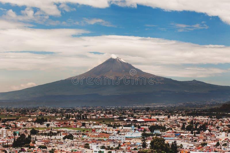 Cholula镇波波卡特佩特火山和看法在普埃布拉墨西哥 免版税库存图片
