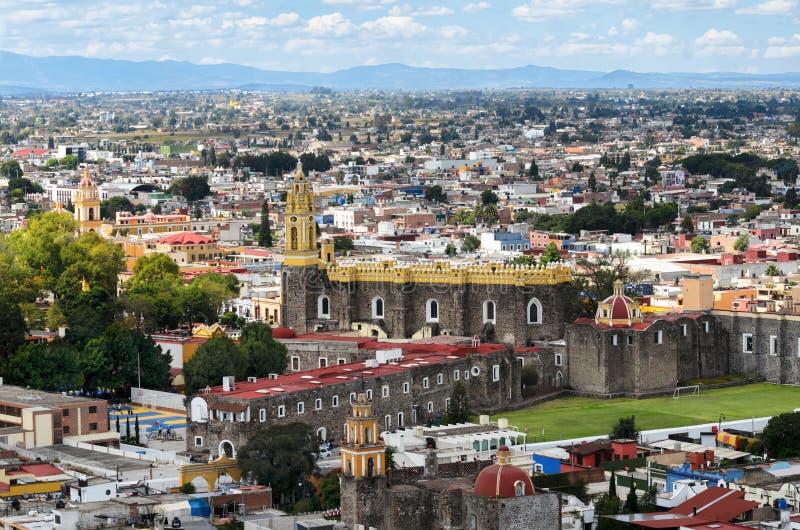 CHOLULA, MEXICO, 16 OKTOBER, 2015: Luchtmening aan de stad in van CH stock afbeelding