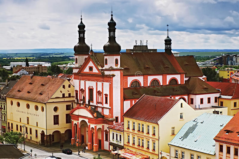 2016/06/18 Chomutov市,捷克共和国-教会' Kostel sv Ignace'并且画廊' Spejchar'在正方形 免版税库存照片