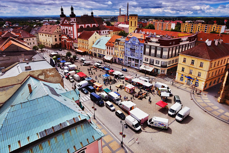 18/06/2016 Chomutov市,捷克-从'的南看法; Mestska vez'对古镇的塔 库存照片