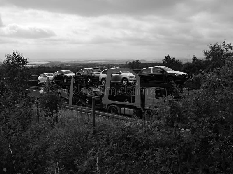 Chomutov,捷克共和国- 2019年7月15日:在移动的载重汽车的汽车在导致德国的高速公路D7 库存图片