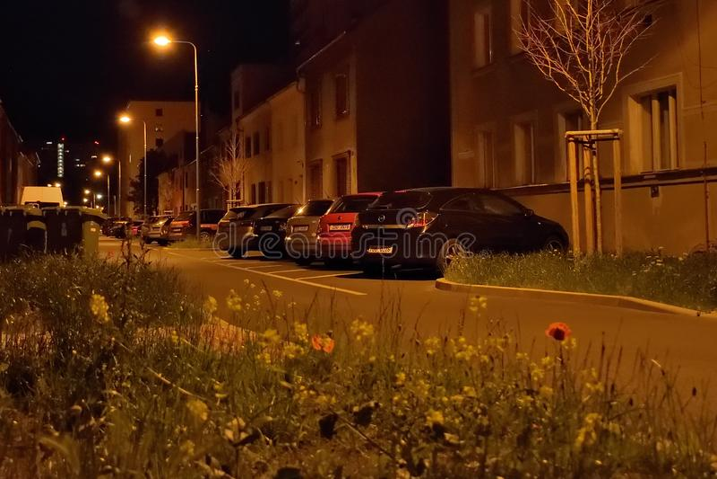 Chomutov,捷克共和国- 2019年6月03日:在nigthy街道的黑汽车欧宝雅特立场 免版税库存照片