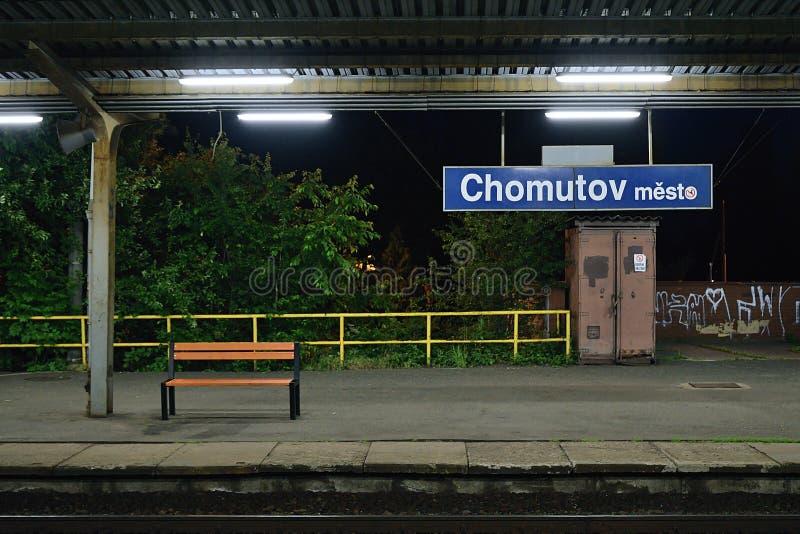 Chomutov,捷克共和国- 2019年6月14日:火车站peron在夜命名了Chomutov mesto 免版税库存照片