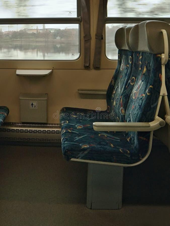 Chomutov, Ustecky kraj,捷克共和国- 2016年11月20日:旅客列车Os 7007公司Ceske drahy乘驾内部在Th附近的 库存图片