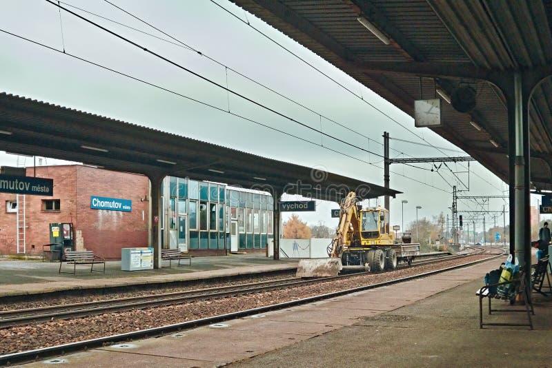 Chomutov, Ustecky kraj,捷克共和国- 2016年11月20日:火车站细节命名了与停放的挖掘机的Chomutov mesto  免版税图库摄影