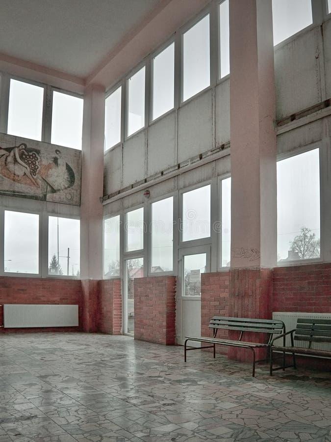 Chomutov, Ustecky kraj,捷克共和国- 2016年11月20日:interier火车站细节Chomutov mesto以instalat命名 免版税库存图片
