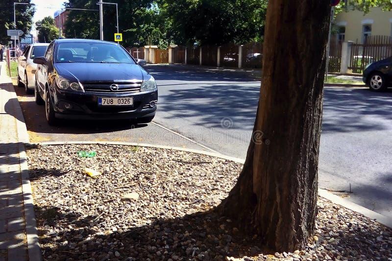 Chomutov, чехия - 6-ое июня 2019: черная стойка Opel Astra автомобиля в улице Бетховен стоковые изображения