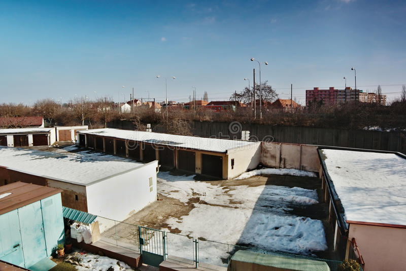 Chomutov, kraj de Ustecky, república checa - 19 de fevereiro de 2017: garagens e estrada número 13 com trem de passageiros R trem foto de stock royalty free