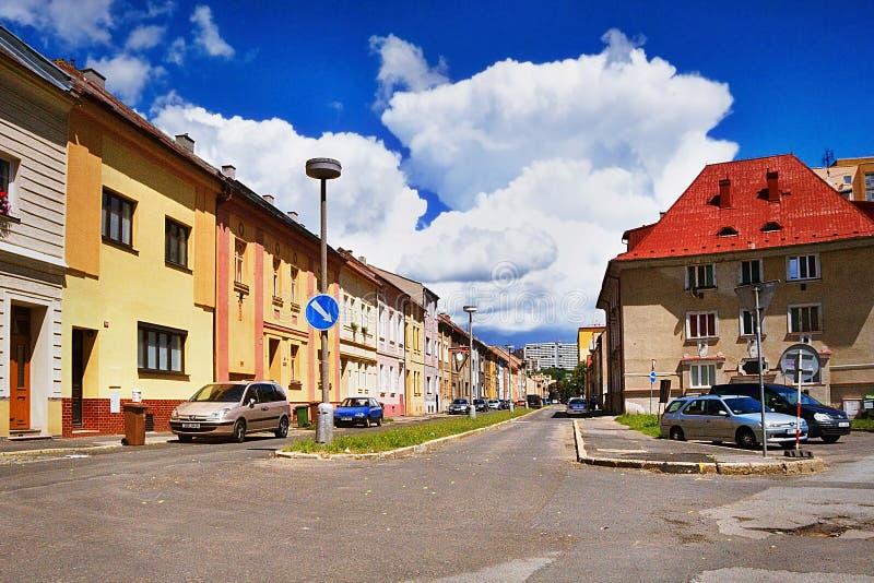 2016/06/18 - Chomutov miasto, republika czech niebieskie niebo z wielkim bielem chmurnieje nad domy w ulica - ładny zmrok - zdjęcia stock