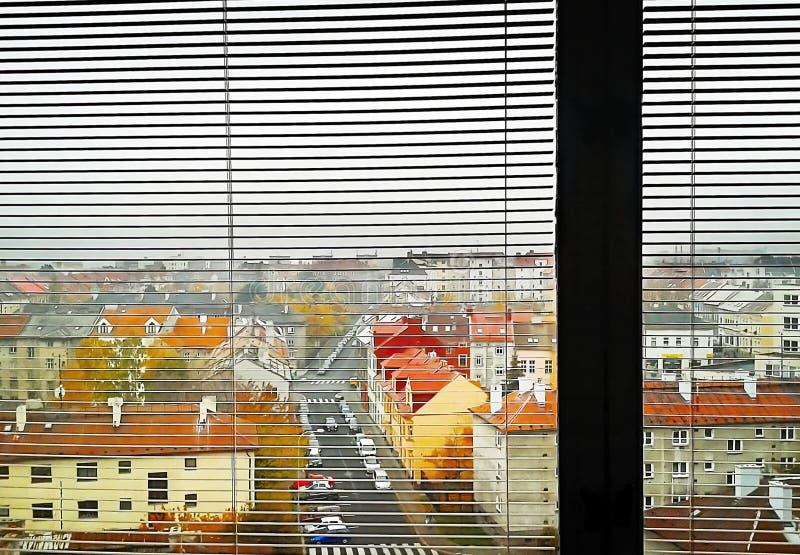 Chomutov, République Tchèque - 5 novembre 2011 : vieille rue de Karoliny Svetle de maisons une fois vu de la maison dans la rue d photos libres de droits