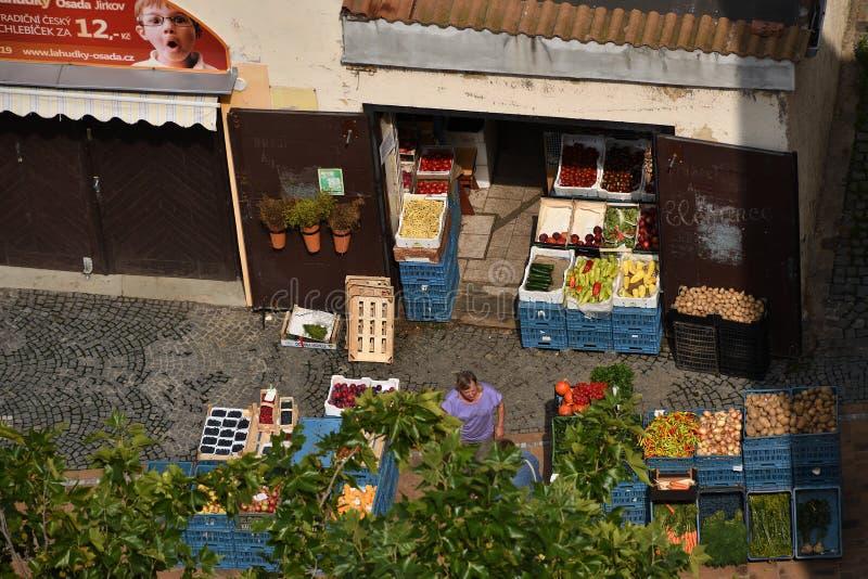 Chomutov, República Checa - 21 de agosto de 2019: Tienda de verduras en el centro de la ciudad de Chomutov 51 años después de l fotografía de archivo