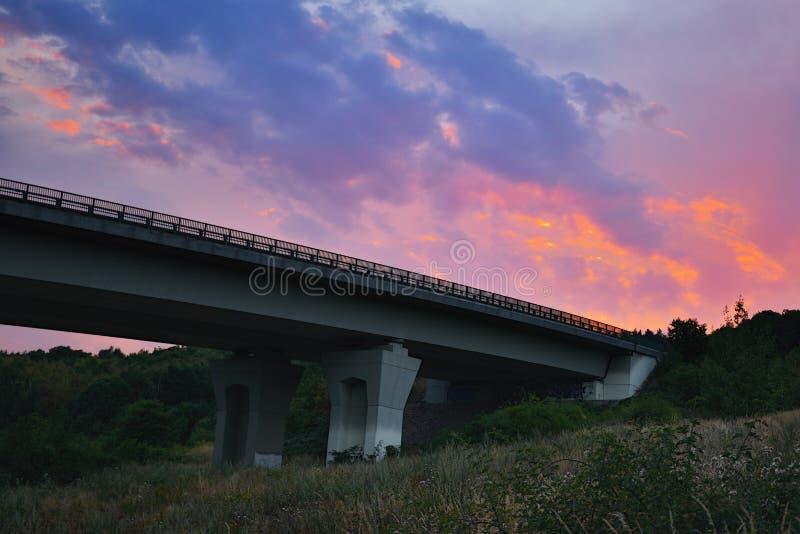 Chomutov, república checa - 27 de julho de 2018: céu colorido acima da ponte da estrada D8 perto da cidade de Chomutov após o por foto de stock