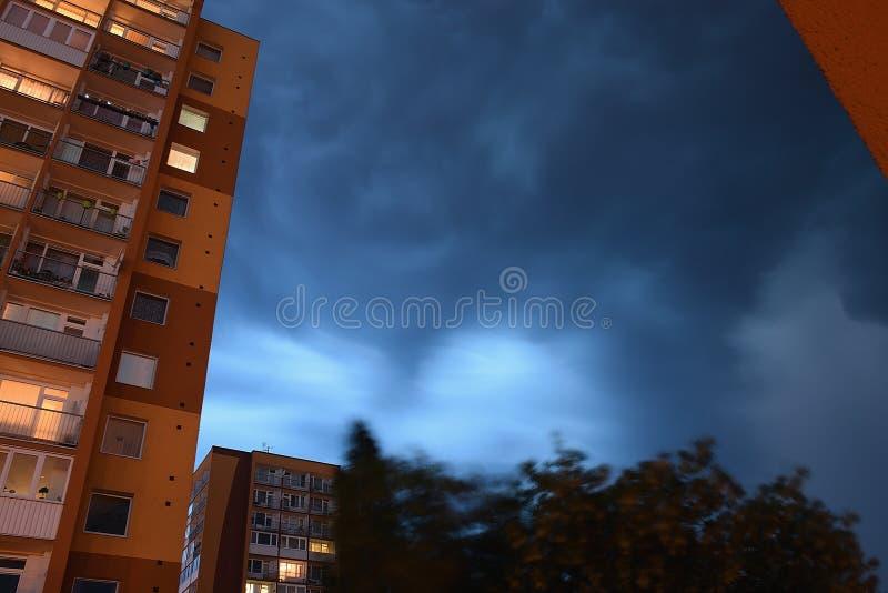 Chomutov, república checa - 10 de junho de 2019: céu da tempestade acima da casa alta no centro da cidade na noite imagem de stock royalty free