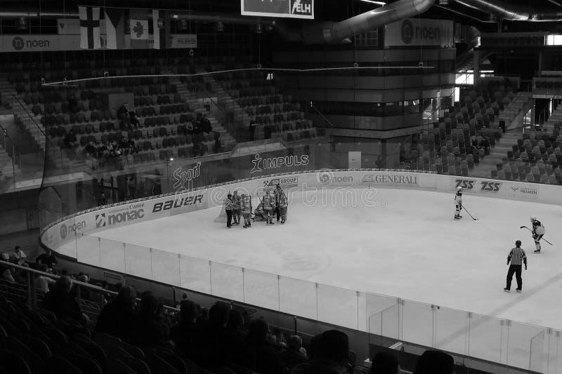 Chomutov, república checa - 29 de março de 2019: Semifinal do hóquei em gelo U19 entre Chomutov e Trinec - evento do acesso p imagens de stock royalty free