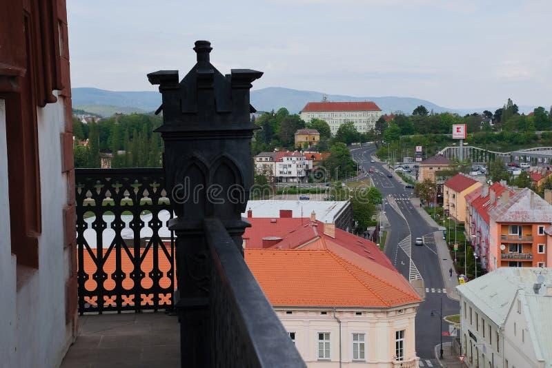 Chomutov, rep?blica checa - 1? de maio de 2019: casas no centro da cidade no 15o anivers?rio de juntar-se a Uni?o Europeia imagens de stock