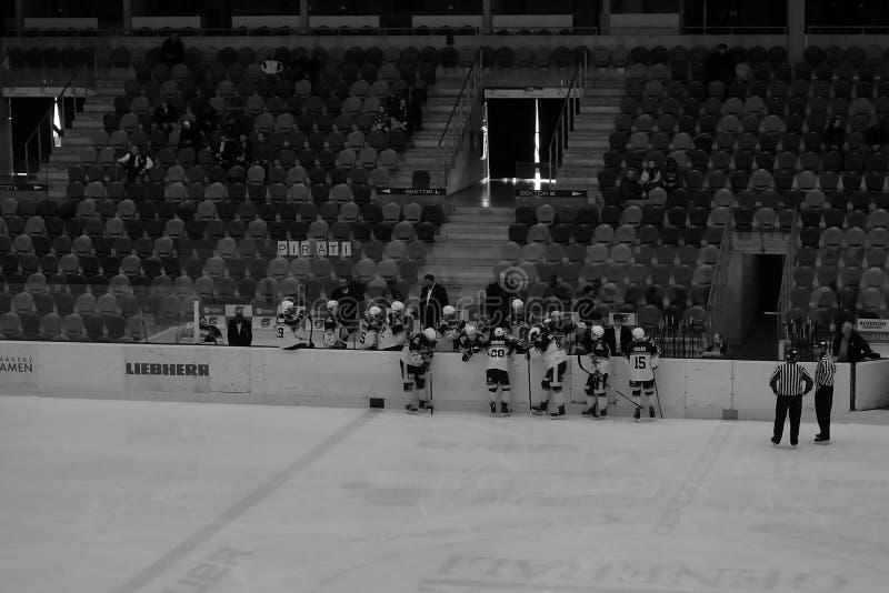 Chomutov, repubblica Ceca - 29 marzo 2019: Semifinale del hockey su ghiaccio U19 fra Chomutov e Trinec - evento di accesso pubbli immagine stock