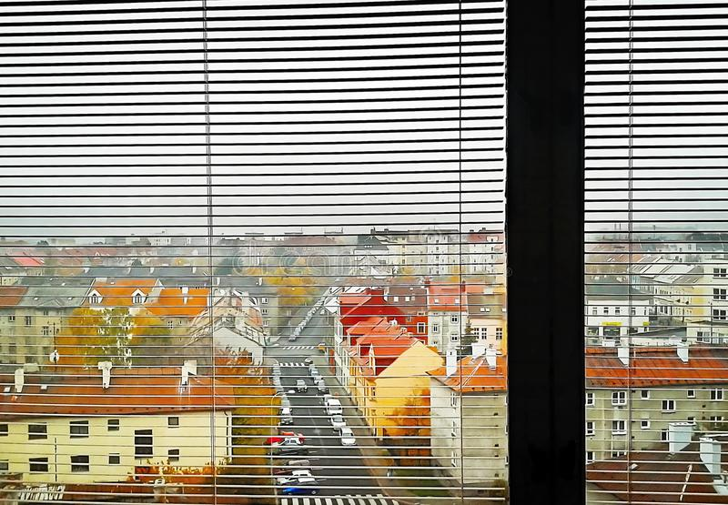 Chomutov, repubblica Ceca - 5 novembre 2011: vecchia via di Karoliny Svetle delle case una volta osservato dalla casa in via di P fotografie stock libere da diritti