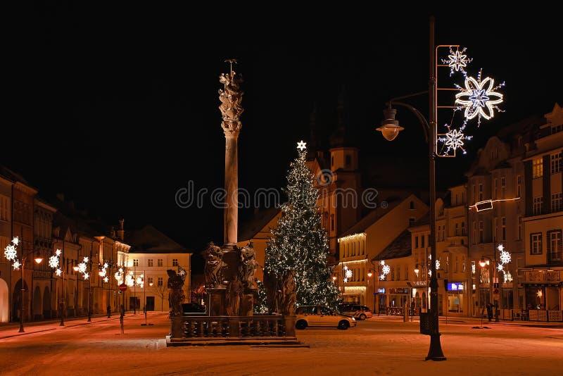 Chomutov Tjeckien - Januari 03, 2019: Namesti 1 majefyrkant i mitt av staden i vinter efter snö royaltyfri fotografi