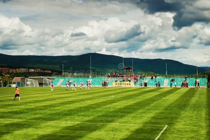 Chomutov Tjeckien - Juli 01, 2017: Slavia Praguespelare tackar deras fans, efter vänligt, matchar med Zilina från Slovakien FN arkivfoton