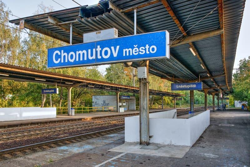 Chomutov, Tjeckien - 13 oktober 2019: Tågstation vid namn Chomutov mesto vid solnedgång på morgonen royaltyfri foto
