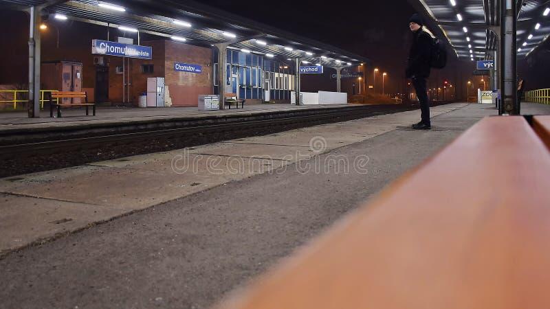 Chomutov, Tschechische Republik - 06. Januar 2020: Fotograf Jiri Igaz Stand auf dem Bahnhof Chomutov mesto lizenzfreie stockbilder