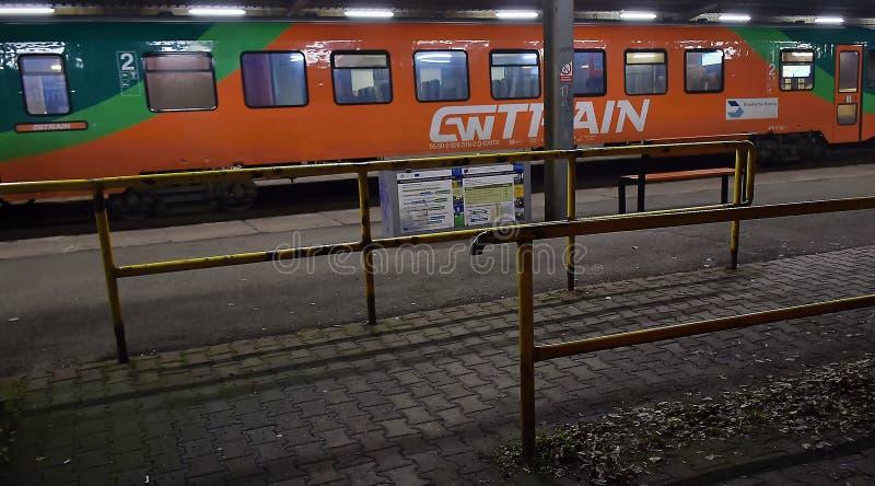 Chomutov, Tschechische Republik - 06. Januar 2020: Gelb- und Orangenzug der GW-Zuggesellschaft auf dem Bahnhof Chomutov stockbilder