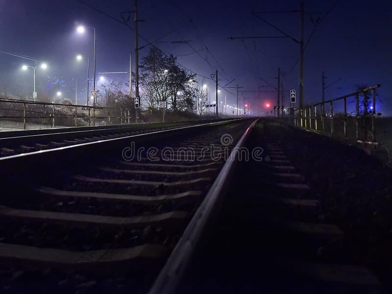 Chomutov, Tschechische Republik - 06. Januar 2020: leere Bahnstrecke in der nächtlichen Stadt stockfotos