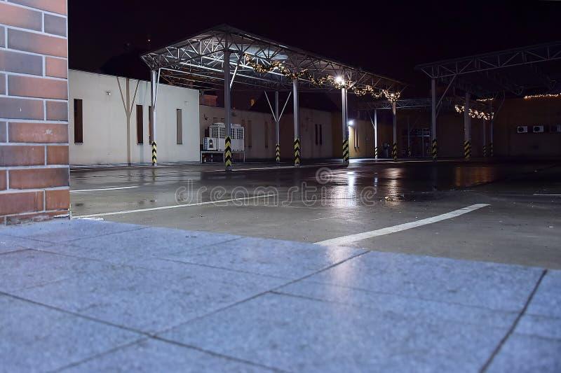 Chomutov, Tschechische Republik - 06. Januar 2020: leerer Parkplatz auf dem Ladenplatz in der nächtlichen Stadt lizenzfreie stockbilder