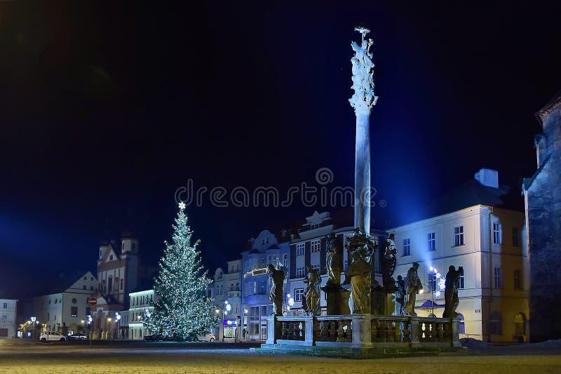 Chomutov, Tschechische Republik - 06. Januar 2020: Morovy Sloup Kolumne auf Namesti 1 Maje Platz in der Nachtstadt lizenzfreie stockfotografie