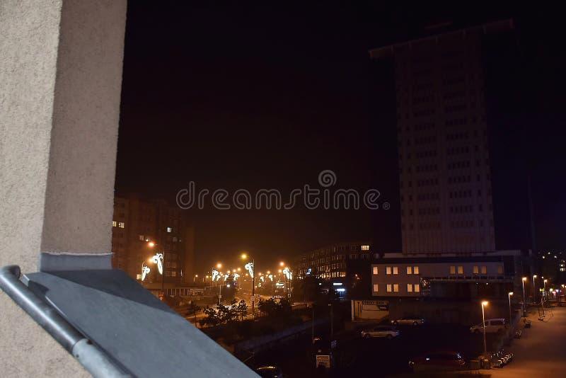 Chomutov, Tschechische Republik - 06. Januar 2020: Nachtstadt mit wenig Himmelskratzer namens Armabeton lizenzfreie stockfotografie