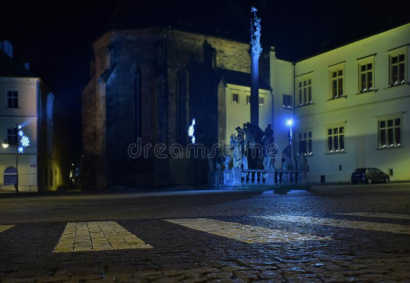 Chomutov, Tschechische Republik - 06. Januar 2020: weiße Linien auf Namesti 1 Maje Platz in der Nachtstadt lizenzfreies stockfoto
