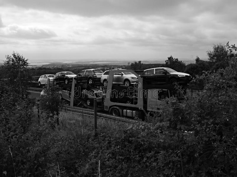 Chomutov, Tschechische Republik - 15. Juli 2019: Autos auf beweglichem Camion auf der Landstraße D7, die zu Deutschland führt stockbilder