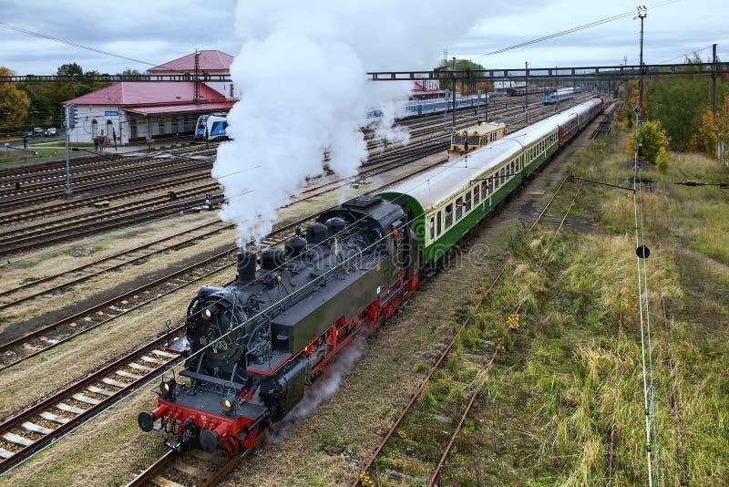 Chomutov, Tschechische Republik - 19. Oktober 2019: Schwarze Dampflokomotive zieht im Herbst nach Chemnitz lizenzfreie stockbilder