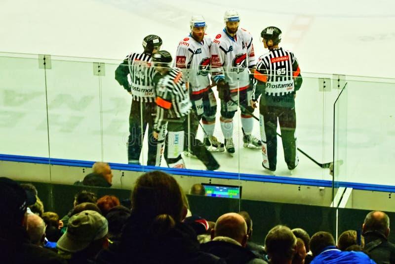 Chomutov, Tsjechische republiek - 15 Maart, 2019: ijshockeygelijke tussen Chomutov en Litvinov royalty-vrije stock afbeeldingen