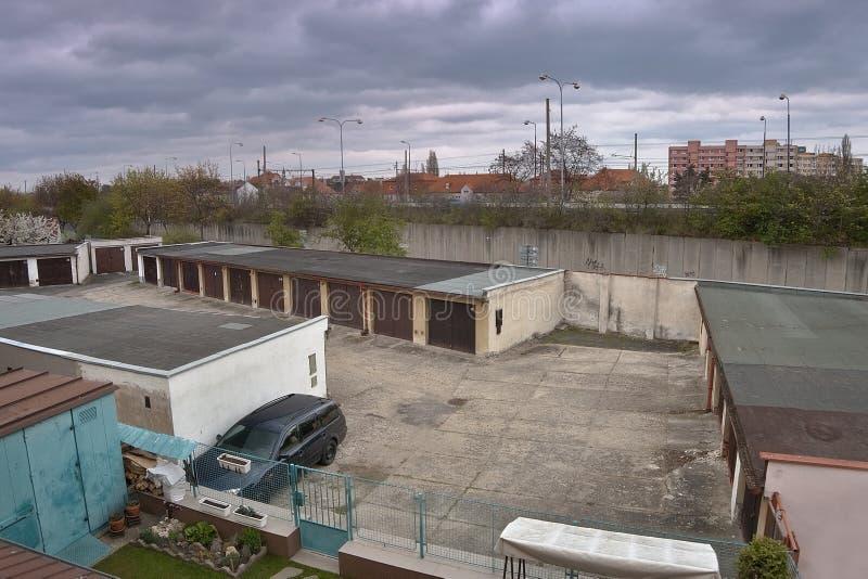 Chomutov, Ustecky kraj, republika czech - Kwiecień 15, 2017: Ford Mondeo stojak między garażami przy trasą 13 podczas sping popoł obrazy royalty free